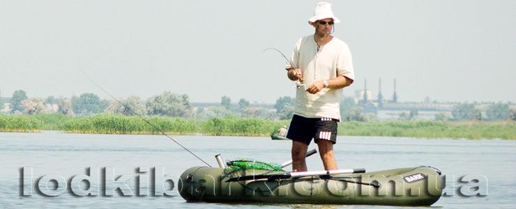 фото лодки БАРК В-240 на озере со спиннингистом ловящим рыбу