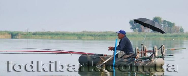 фото лодки БАРК B-260 с рыбаком на озере ловящим рыбу тремя поплавчанками