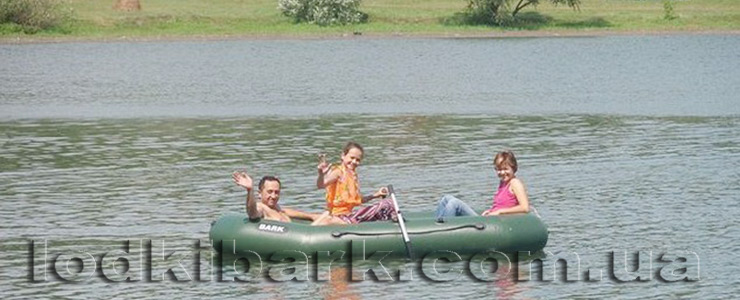 фото лодки БАРК B-300 на ставке семья совершает прогулку под веслами и шлет всем привет