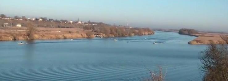 моторные лодки едут ловить рыбу