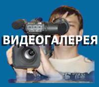 оператор в воде снимает видео
