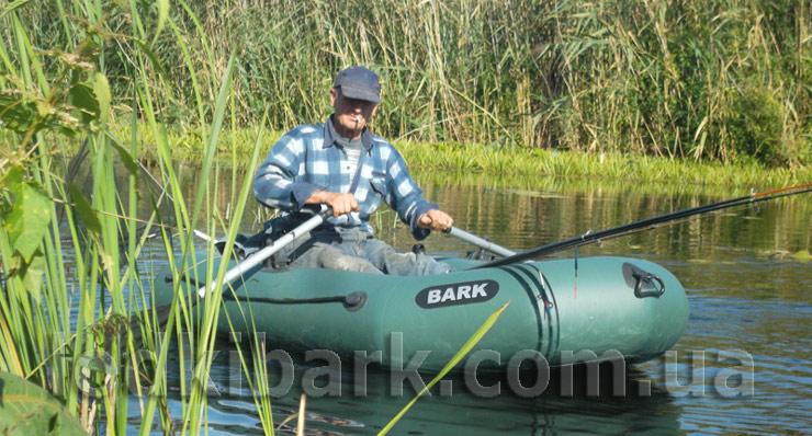 колоритное фото лодки барк с рыбаком на озере