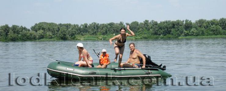 фото лодки БАРК BT-330 на реке дети ныряют с лодки в воду