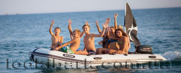 фото лодки БАРК BT-360 на море дети катаются в лодке под пиратским флагом