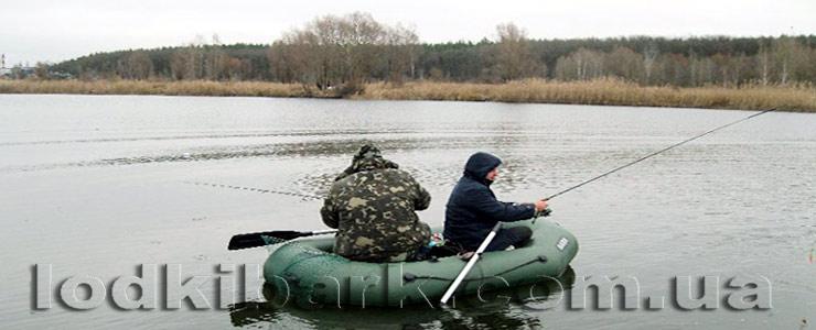 фото лодки БАРК B-230 на реке с двумя рыбаками