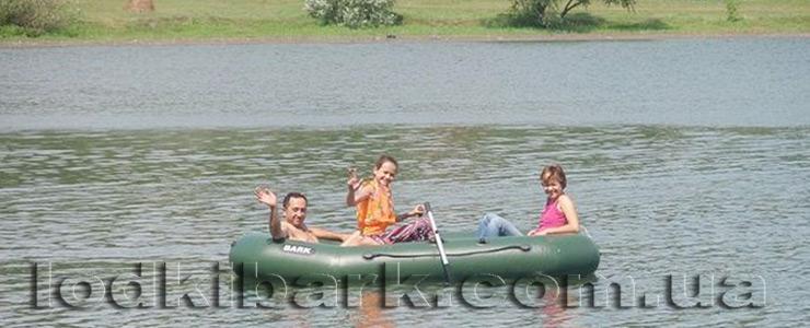 фото лодки Bark b-300 на озере семья совершает прогулку под веслами и шлет всем привет
